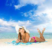Hermosa joven en bikini en la playa