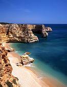 Praia e falésias, Praia da Marinha, Algarve, Portugal.
