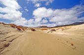 Sanddünen auf einem entfernten Ufer