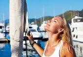 美丽的女子帆船,享受夏季旅行,性感女 f 的特写肖像的年轻成人女士