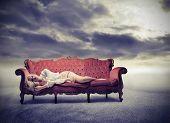 Triest vrouw liggen op een sofa