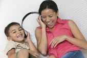 Mãe e filho, compartilhando os fones de ouvido