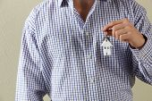 Cortada de tiro do homem segurando as chaves para a primeira casa