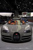 Ginebra - 12 de marzo: The Bugatti Stand mostrando una vista frontal de la conversión del Veyron