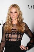 LOS ANGELES - 27 de MAR: Monet Mazur llega en la inauguración de Beverly Hills de Valentino en la S de Valentino