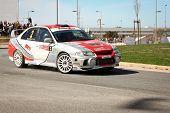 Castelo Branco, Portugal - 10 de marzo: Luis Mota conduce un Mitsubishi Lancer Evo Iv durante el Rally Castel
