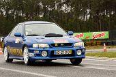 Leiria, Portugal - 20 de abril: Joao Jose Mendes unidades de um Subaru Imprenza durante um dia de Rally Verde