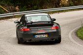 Leiria, Portugal - 20 de abril: Nuno Azevedo dirige um Porsche 911 Turbo durante um dia de Rally Verde P