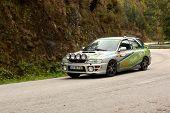 Leiria, Portugal - 20 de abril: Hugo Resende unidades um Subaru Impenza durante um dia de Rally Verde Pino