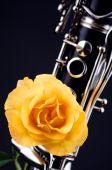 Rosa amarela montado sobre Clarinete
