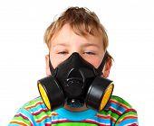 Menino loiro estragar os olhos no respirador preto sobre um fundo branco