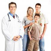 Médico de família sorridente e família jovem. Sobre fundo branco