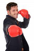 Exitoso empresario caucásico, guantes de boxeo