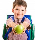 Retrato de niño sonriente lindo dando una manzana verde