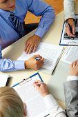 Imagen de manos de personas de negocios durante el trabajo de planificación en reunión