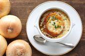 Francés sopa de cebolla gratinada