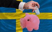 Financiamento Euro em rico mealheiro bandeira nacional da Suécia