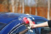 Lavagem no ar aberto do carro azul