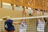 KAPOSVAR, Hungría - 18 de mayo: Zsuzsanna Talas (C) en acción en la final de la húngara de voleibol