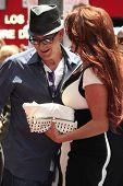 LOS ANGELES - 10 de JUL: Charlie Sheen, Perla (esposa de Slash) en una ceremonia donde la barra se honra con