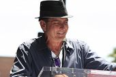 LOS ANGELES - 10 de JUL: Charlie Sheen en una ceremonia donde se honra la barra con la estrella 2,473rd en th