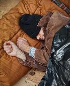 Obdachloser auf der Straße schlafen