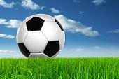 Konzept oder konzeptionelle 3D Fußball in frischen grünen Sommer oder Frühling Feld Gras mit einem blauen Himmel bac