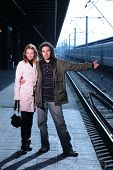 Junges Paar in per Anhalter Bahnhof