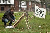 beschäftigen Exeter Aktivist bereitet ein Zeichen im besetzten Exeter camp