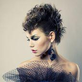 Retrato da moda de uma bela moça do punk