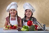 Happy Kids waschen Gemüse für einen Salat - hacken sie für eine Mahlzeit