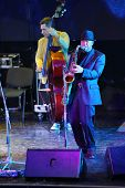 Moskau - 15. NOVEMBER: Alexander Brill spielt Saxophon bei Brilliant Jazz-Club-Konzert in Iswestija Ha