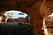 Rochas e vista do mar mediterrânea azul