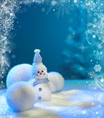 Fundo de Natal com estrelas e flocos de neve e boneco de neve