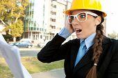 Постер, плакат: удивлен женщина инженер читать документы потрясен с информацией