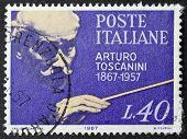 Itália - por volta de 1967: um selo imprimido em Itália comemora o primeiro centenário de Arturo Toscanini birt