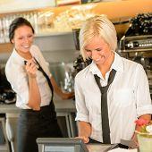 Постер, плакат: Кафе Стюардесса cashes в порядок Билл регистр женщина работает счастливым