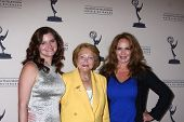LOS ANGELES - 13 de JUN: Heather Tom, Lee Phillip Bell, Catherine Bach chega em Nom de Emmy do Daytime
