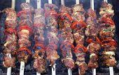 Fundo de kebabs de shish grelhados no espeto