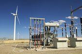 molino de viento y la subestación de alto voltaje