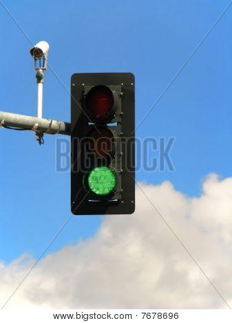 Постер, плакат: Зеленый светофор и камеры , холст на подрамнике