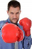 Atractivo joven empresario caucásico, guantes de boxeo
