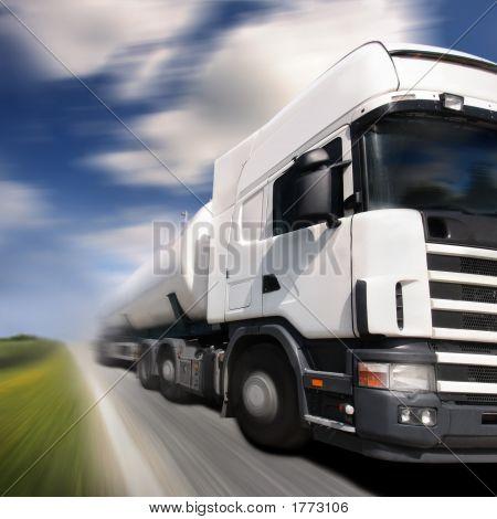 Постер, плакат: Грузовик вождение на страны дорогадвижение Blur, холст на подрамнике