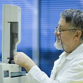 foto of chromatography  - senior male researcher carrying out scientific research in a lab using a gas chromatograph  - JPG
