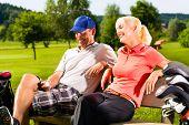 Junges sportliches paar Golf auf einem Golfplatz zu spielen, haben sie eine Pause