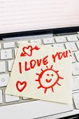 a sticky note is on the keyboard of a computer as a reminder: i love you