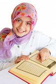 Постер, плакат: Маленькая девочка читать Священный Коран и улыбки