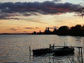 Dos barcos en el oscuro Lago Nero en Rostov