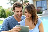 Websurfing de pareja en internet con tablet