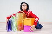 Señora con paquetes de regalo